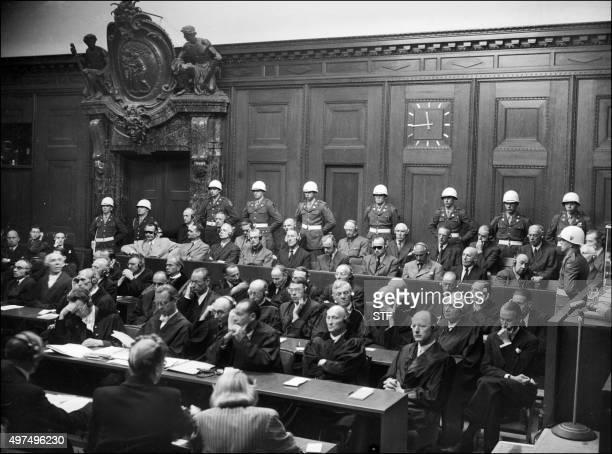 Photo prise en 1946 lors du procès de Nuremberg où furent jugés les grands criminels nazis De GàD au premier rang sur le banc des accusés Hermann...