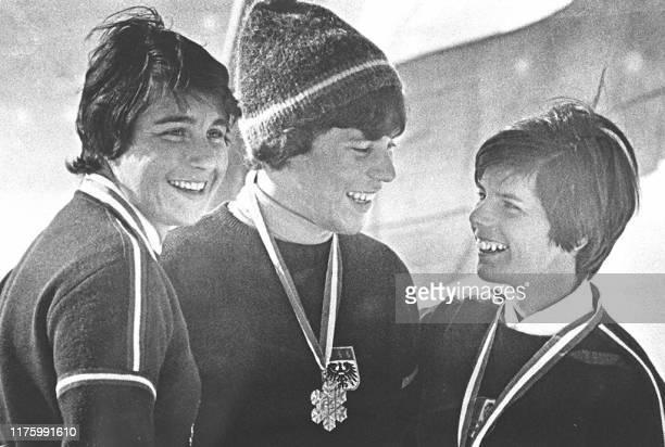 photo prise en 1966 de l'Autrichienne Erika Schinegger entourée des Françaises Marielle Goitschel et Annie Famose à l'issue des championnats du monde...