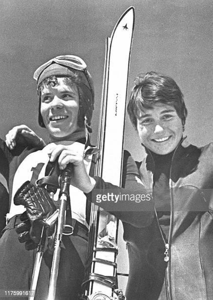 photo prise en 1966 de l'Autrichienne Erika Schinegger et de la Française Marielle Goitschel à l'issue des championnats du monde de Portillo du Chili...