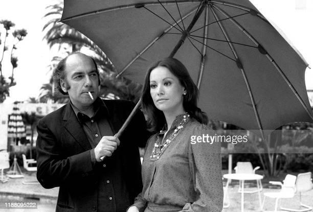 """Photo prise en 1971 du cinéaste Jacques Deray dirigeant l'actrice Claudine Auger lors du tournage du film """"Un peu de soleil dans l'eau froide""""...."""