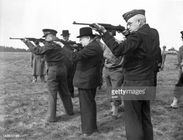 Photo prise en avril 1944 en Angleterre du Premier ministre britannique Winston Churchill du général américain David Eisenhower et du lieutenant...