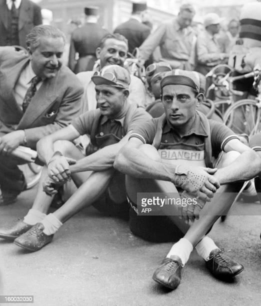 Photo prise en juillet 1949 des cyclistes italiens Gino Bartali et Fausto Coppi patientant avant le départ d'une étape du Tour de France Les deux...