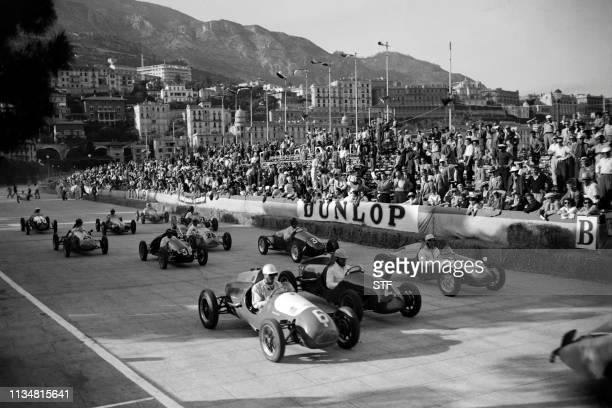 Photo prise en mai 1950 de voitures de course prenant le départ du Grand Prix de Monaco sur le port de la ville. Picture dated May 1950 of the start...