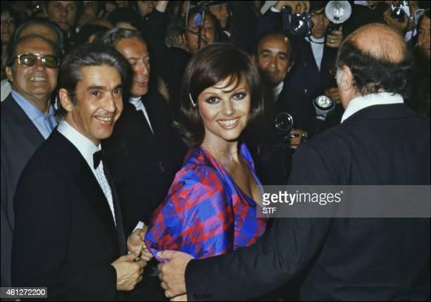 Photo prise en mai 1972 de l'actrice italienne Claudia Cardinale et du réalisateur italien Francesco Rosi entourés de photographes lors du festival...