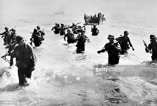 Photo prise en octobre 1944 aux Philippines de soldats américains débarquant sur l'île de Leyte lors de la bataille engagée contre les Japonais. Les...