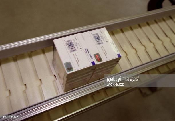 Photo prise le 01 novembre de boîtes de pilules Viagra contre l'impuissance masculine sortant de la chaîne de fabrication de l'usine Pfizer à Amboise.