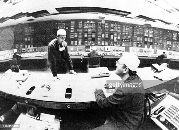 photo prise le 02 juin 1986 au centre de contrôle du réacteur No 1 de la centrale nucléaire Tchernobyl de deux ingénieurs qui travaillaient sur le...