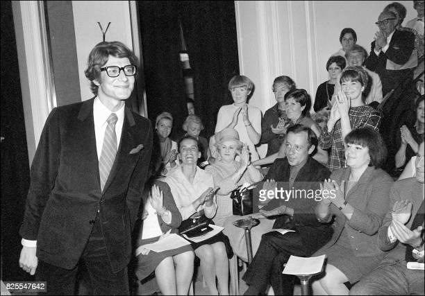 Photo prise le 04 août 1966 à Paris du couturier Yves Saint Laurent saluant l'assistance à l'issue du 10e défilé de sa propre maison de couture à...