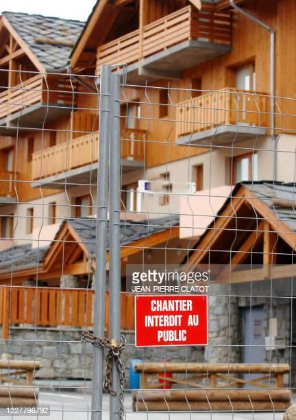 """Photo prise le 05 octobre 2006 d'une grille interdisant l'entrée dans les résidences """"Grand Panorama"""" dans la station de Valmeinier car le béton des..."""
