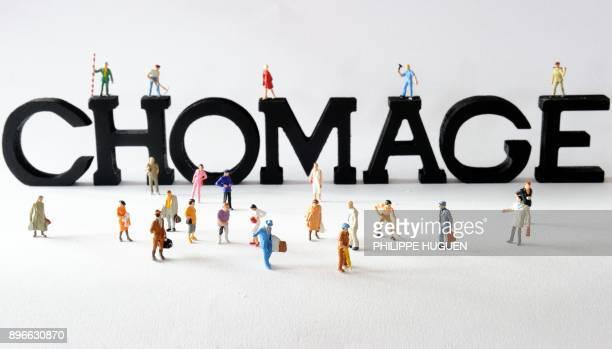 Photo prise le 07 août 2013 à Lille de figurines posées devant des lettres composant le mot 'chômage' AFP PHOTO / PHILIPPE HUGUEN / AFP PHOTO /...