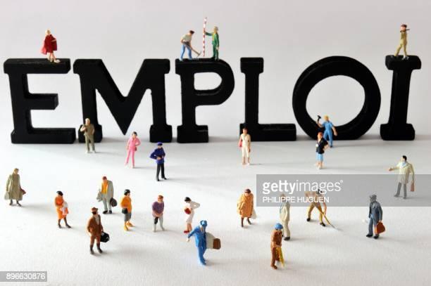 Photo prise le 07 août 2013 à Lille de figurines posées devant des lettres composant le mot 'emploi' AFP PHOTO / PHILIPPE HUGUEN / AFP PHOTO /...