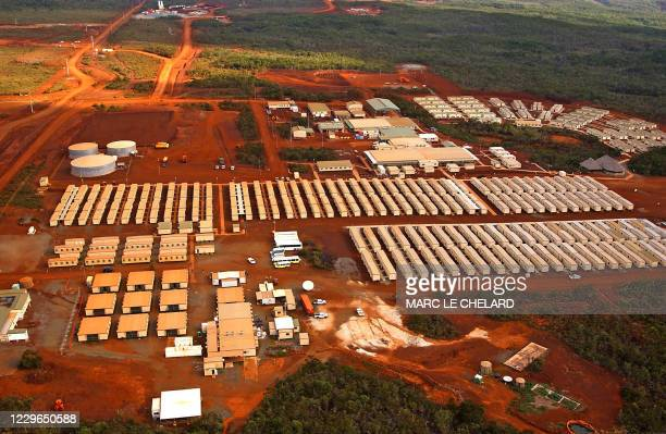 Photo prise le 07 décembre 2005 dans le sud de la Nouvelle-Calédonie, d'enfilades de baraquements sur le chantier de l'usine métallurgique de nickel...