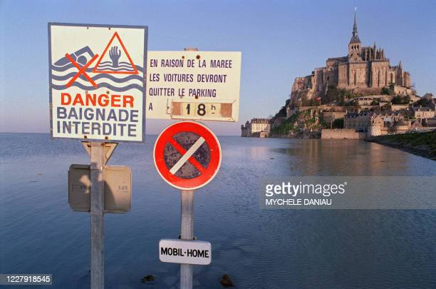 """Photo prise le 09 mars 1993 du Mont Saint-Michel, lors de la """"grande marée"""" dont le coéfficient est de 119, chiffre qui n'a été atteint que deux fois..."""