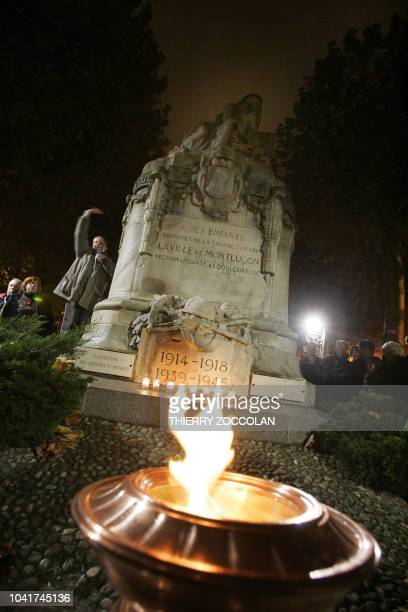 Photo prise le 10 novembre 2007 devant le monument aux morts de Montluçon de la flamme de l'Arc de Triomphe qui a été déplacée jusqu'au département...
