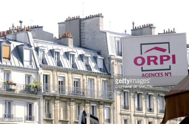 Photo prise le 10 octobre 2008 de panneaux indiquant la mise en vente d'appartements à Paris Toute la chaîne du logement est touchée par la crise...