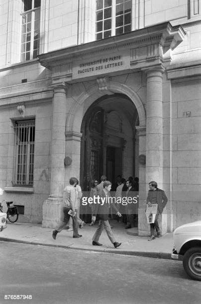 Photo prise le 12 septembre 1968 à Paris rue Victor Cousin de l'entrée de la Sorbonne qui vient de rouvrir après deux mois et demi de fermeture Le...