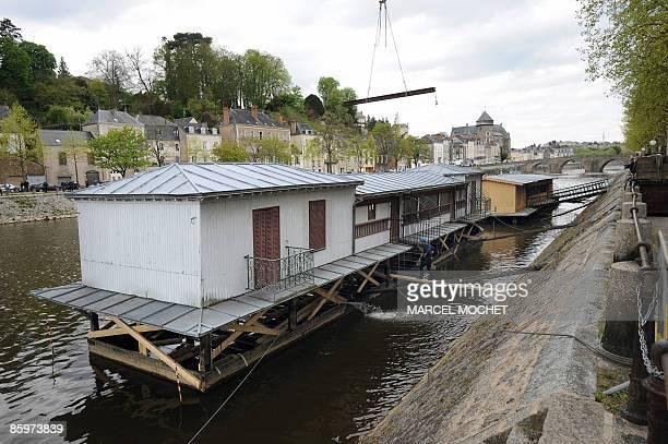 'LAVAL VA RESTAURER LES DEUX DERNIERS BATEAUXLAVOIRS D'EUROPE' Photo prise le 14 avril 2009 sur les bords de la Mayenne à Laval de l'un des deux...
