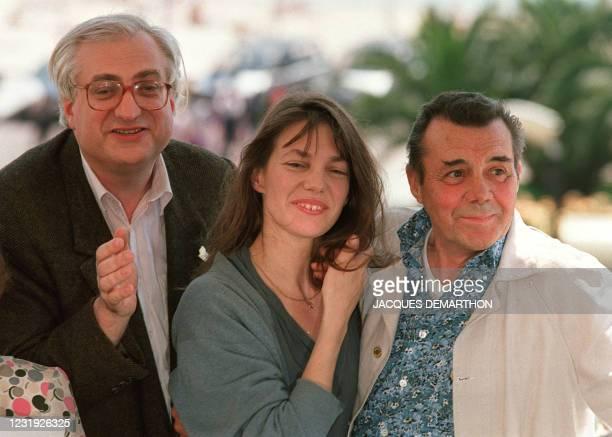 Photo prise le 14 mai 1990 lors du festival de Cannes de l'acteur britannique, Sir Dirk Bogarde au côté de l'actrice anglaise Jane Birkin et de leur...