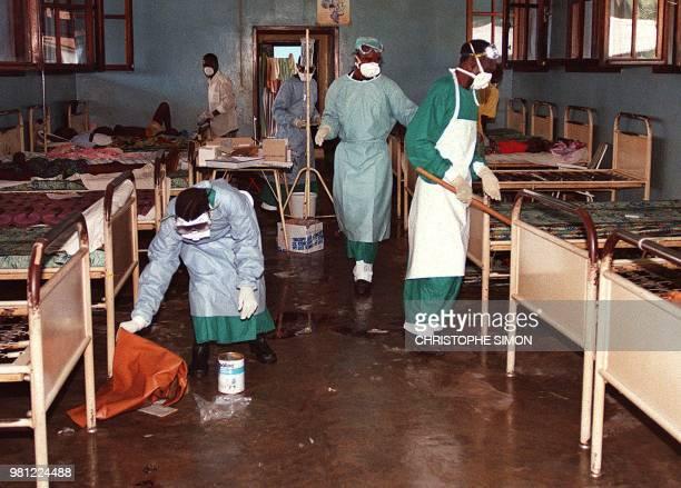 Photo prise le 14 mai 1995 à Kikwit de la désinfection d'une salle d'hopîtal après le décès de patients atteints du virus d'Ebola L'OMS fête ce 11...