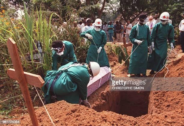 Photo prise le 14 mai 1995 à Kikwit de l'enterrement d'une religieuse italienne qui travaillait à l'hôpital de Kikwit décédée victime elleaussi du...
