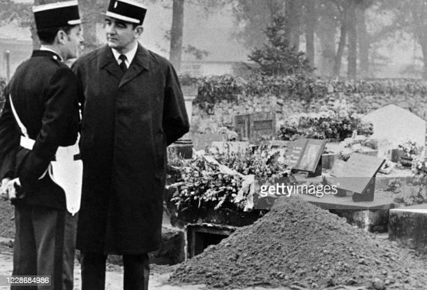 Photo prise le 16 novembre 1983 au cimetiere de Villandrault de policiers gardant le caveau ouvert de la famille Boulin durant la journée consacrée à...