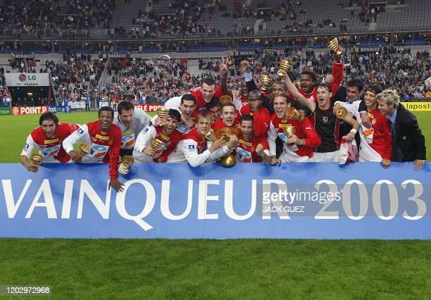 - Photo prise le 17 mai 2003 au Stade de France à Saint-Denis, des joueurs monégasques célébrant leur victoire après avoir remporté la finale de la...