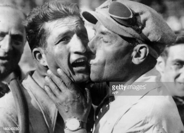 Photo prise le 18 juillet 1938 à Marseille du coureur italien Gino Bartali félicité par son directeur sportif Costante Girardengo après sa victoire à...
