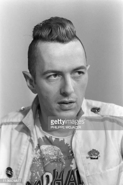 Photo prise le 24 février 1984 à Paris du leader du groupe britannique The Clash Joe Strummer Un excellent documentaire musical signé Julien Temple...