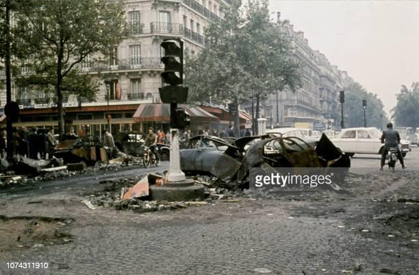 Photo prise le 25 mai 1968 de deux voitures incendiées sur un carrefour du boulevard SaintGermain à Paris suite aux affrontements qui ont eu lieu...