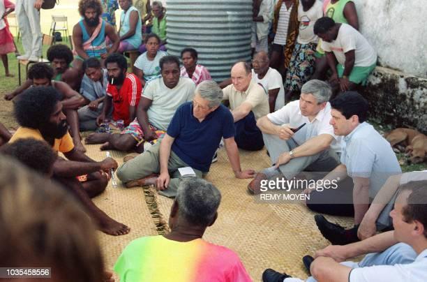 Photo prise le 25 mai 1988 sur l'île d'Ouvéa du préfet Christian Blanc responsable de la mission de dialogue et des membres de cette instance dont...