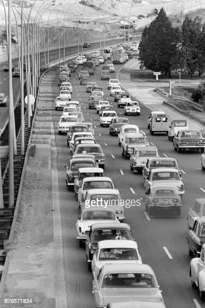 Photo prise le 27 juillet 1968 à la sortie de Paris des files de voitures se dirigeant vers la province sur l'autoroute du sud pour les grands...