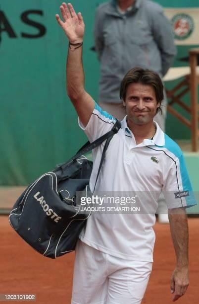Photo prise le 27 mai 2009 à Paris du tennisman français Fabrice Santoro saluant en quittant le cours après avoir affronté le belge Christophe Rochus...
