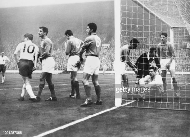 Photo prise le 27 novembre 1957 au stade de Wembley du match de football FranceAngleterre au cours duquel le gardien français Abbes a été blessé à la...
