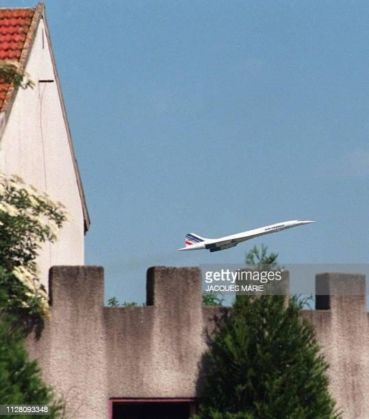 Photo prise le 27 septembre 1997 d'un Concorde de la compagnie aérienne française Air France survolant la commune de MitryMory après son décollage de...