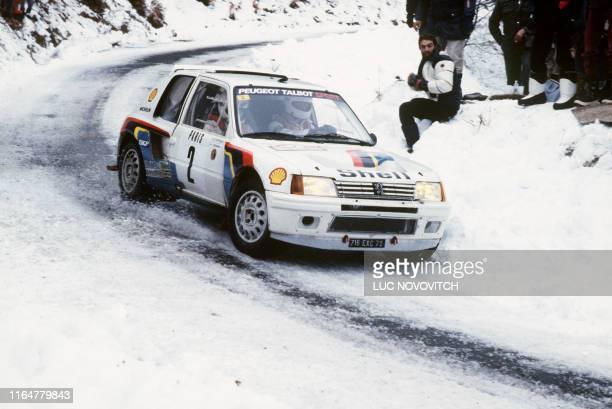 Photo prise le 28 janvier 1985, à Burzet des pilotes de rallye, le finlandais Ari Vatanen et le britannique Terry Harryman à bord de leur Peugeot 205...