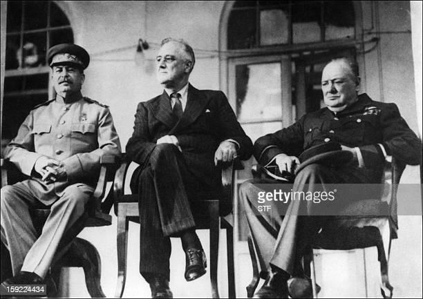 Photo prise le 28 novembre 1943 du leader soviétique Staline du président américain Roosevelt et du Premier ministre britannique Winston Churchill...