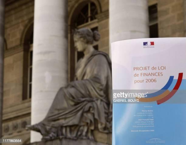 Photo prise le 28 septembre 2005 devant la Bourse de Paris du projet de loi de finances 2006 qui sera présenté ce jour en conseil des ministres Le...