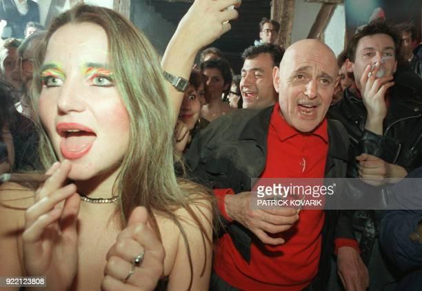 Photo prise le 29 septembre 1987 à Paris lors d'une fête à l'occasion du 300e numéro de la revue satirique HaraKiri de Georges Bernier alias...