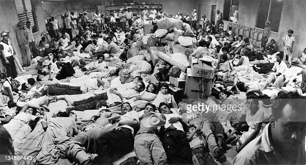 Photo prise le 7 juillet 1969 à San Miguel des ressortissants salvadoriens résidant au Honduras réfugiés au siège de la Croix-Rouge. Suite au conflit...