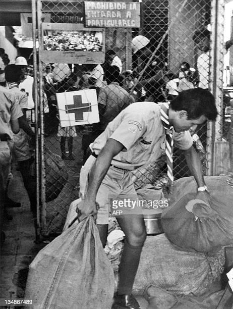 Photo prise le 7 juillet 1969 à San Miguel d'un bénévole de la CroixRouge accueillant les ressortissants salvadoriens résidant au Honduras réfugiés...