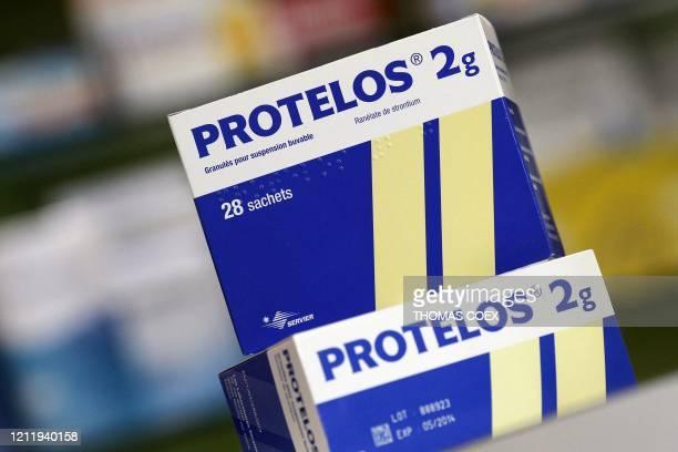 Photo prise le 7 septembre 2011 à Paris de boîtes du médicament Protelos des laboratoires Servier. Le groupe pharmaceutique français Servier, déja...