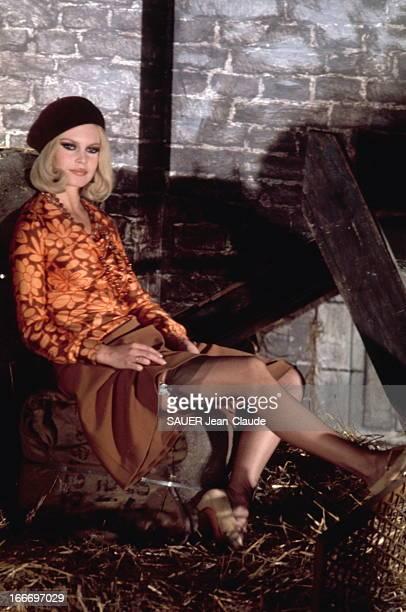 Photo Session With Brigitte Bardot Brigitte BARDOT dévoilant ses jambes gainées de bas résille 1967