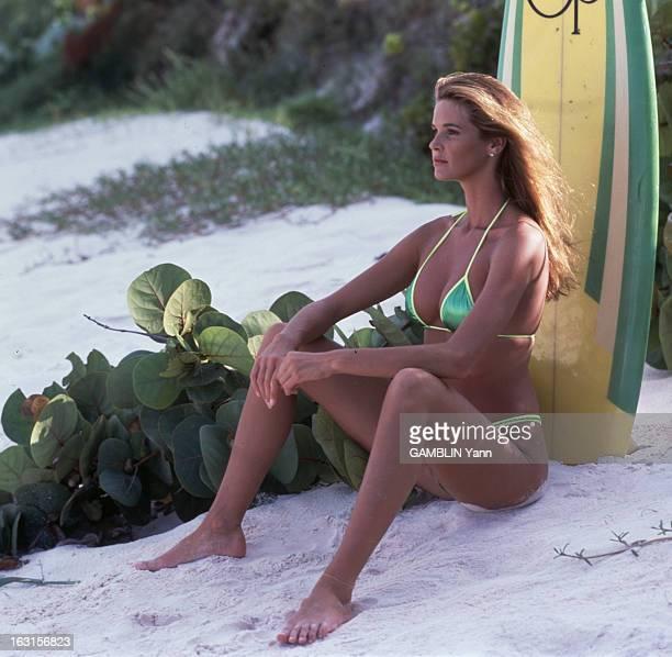 Photo Session With Elle Mac Pherson Août 1991 séance photo de la mannequin Elle MACPHERSON en maillot de bain assise sur du sable à côté d'une...