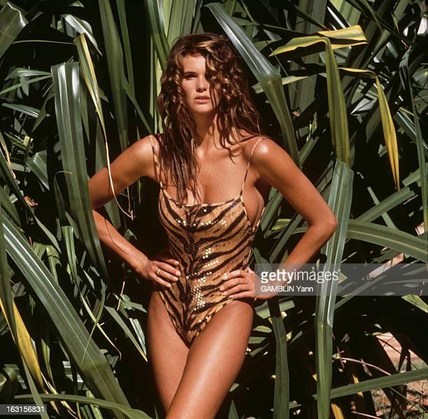 Photo Session With Elle Mac Pherson Août 1991 séance photo de la mannequin Elle MACPHERSON en maillot de bain léopard devant de la végétation
