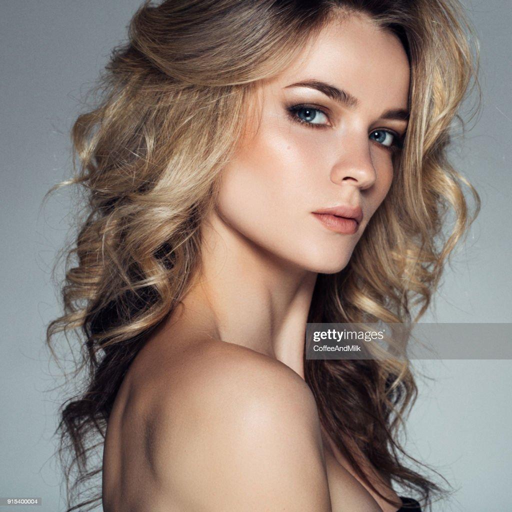 Jeune femme crГ©ative coupe de cheveux pour les cheveux courts