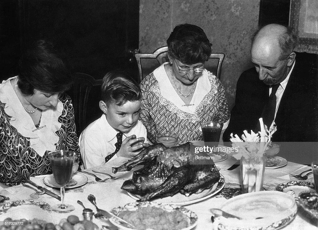 Family Saying Grace Before Thanksgiving Dinner : News Photo