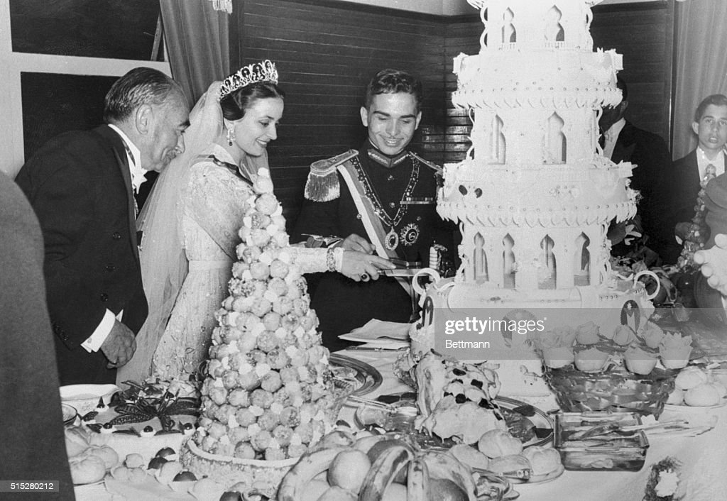 Queen Dina of Jordan Cutting Wedding Cake : Nieuwsfoto's