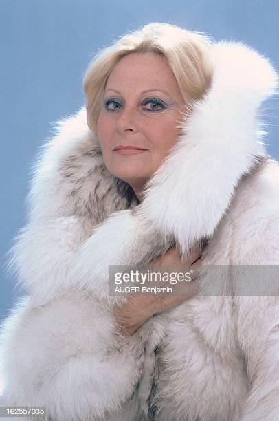 Photo Studio Of Michele Morgan Photo studio plan de face souriant de Michèle MORGAN portant un manteau de fourrure