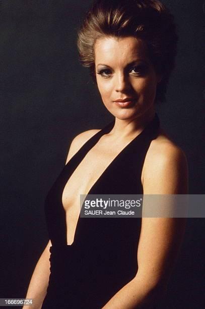 Photo Studio Of Romy Schneider Nouvelle coiffure pour Romy SCHNEIDER par ALEXANDRE plan de face de l'actrice en robe noire sans manches au décolleté...