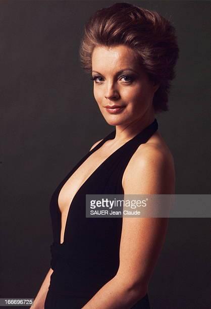 Photo Studio Of Romy Schneider Nouvelle coiffure pour Romy SCHNEIDER par ALEXANDRE plan de face souriant de l'actrice en robe noire sans manches au...